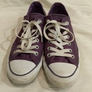 Converse all star sneakers with double tounge.